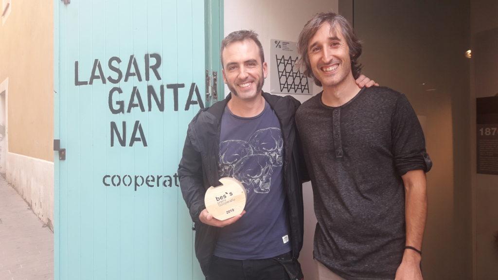 En Juanjo i en Rafa de l'Obrador de Gramenet sostenent el premi davant de la Cooperativa La Sargantana